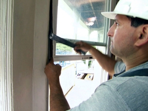 contractor-using-pry-bar20to-replace-window